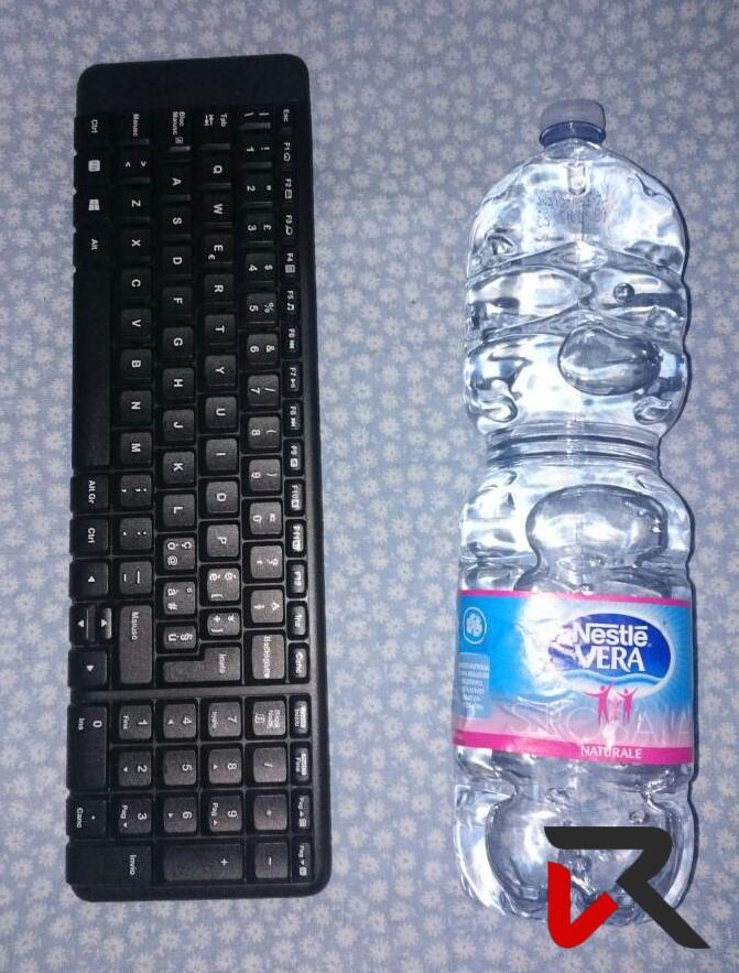 Dimensioni Logitech MK220 comparata con bottiglia d'acqua