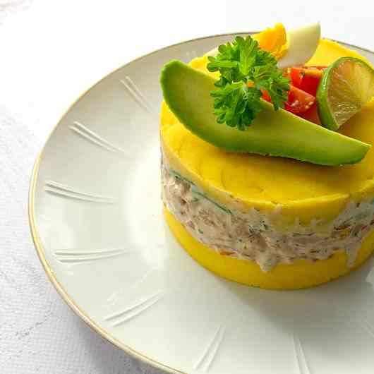 Peruaanse causa Limeña met garnalen en avocado