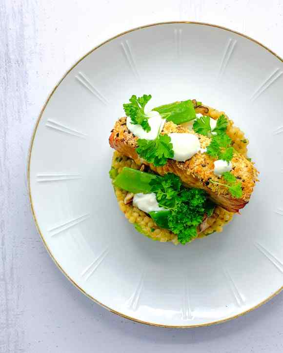 Zalm met sesamkorst, parelcouscous, shiitake en peultjes