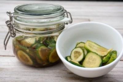 homemade pittige komkommer zuur