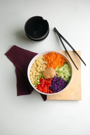 Aziatische Pasta Salade met pindasaus | Buzz in the Kitchen