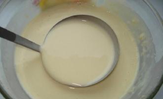 В миску с тестом выливается оставшаяся часть молока