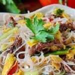 Изумителна салата с оризови спагети, телешко месо и соев сос