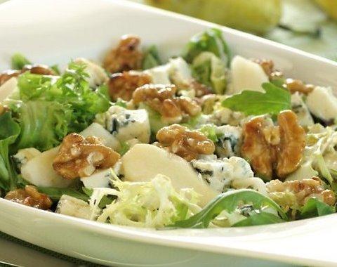 Сыр с зеленым салатом и грецкими орехами