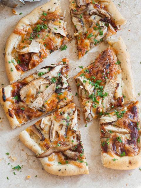 Постная пицца с грибами и зеленью