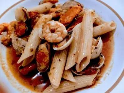 pasta penne con sabor a mar - Macarrones con tomate y pescado