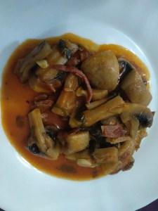 champiñones al ajillo con jamón - Recetas tradicionales vegetarianas y veganas