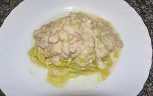 Espaguetis de calabacin con salsa de puerro y gambas