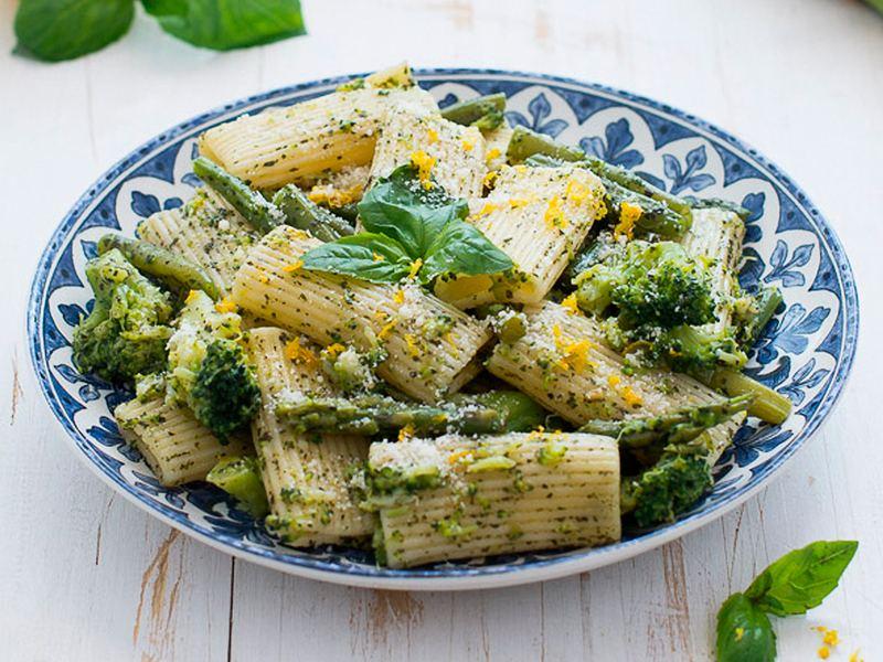 Pasta al pesto con judías verdes, brócoli y espárragos de Jamie Oliver