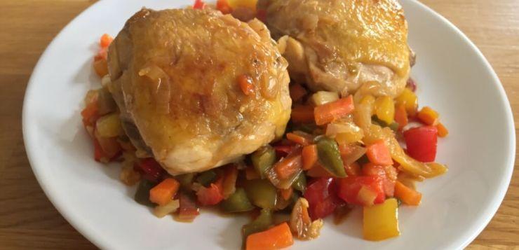 Contramuslos de pollo con verduras