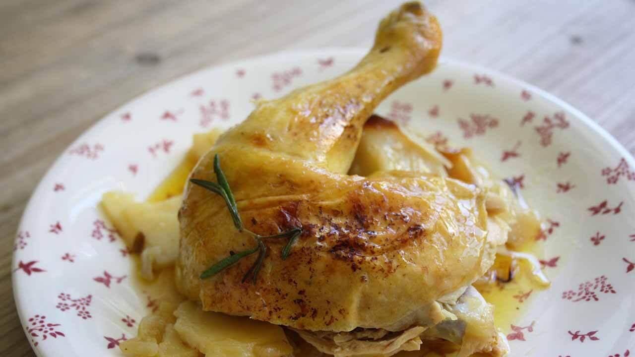 receta de pollo asado al horno con patatas y cebolla