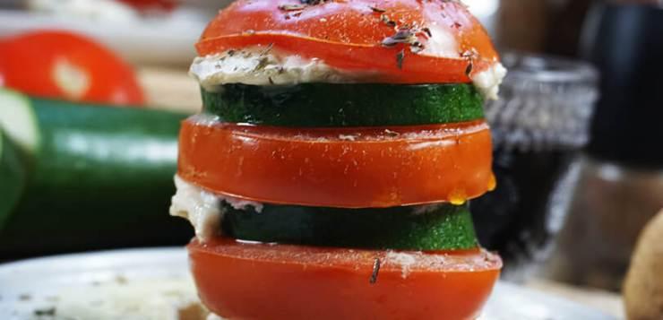 Milhojas de tomate, calabacín y queso de cabra – ¡QUÉ FÁCIL!