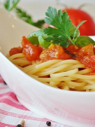Receta fácil de espaguetis en salsa cremosa de tomate