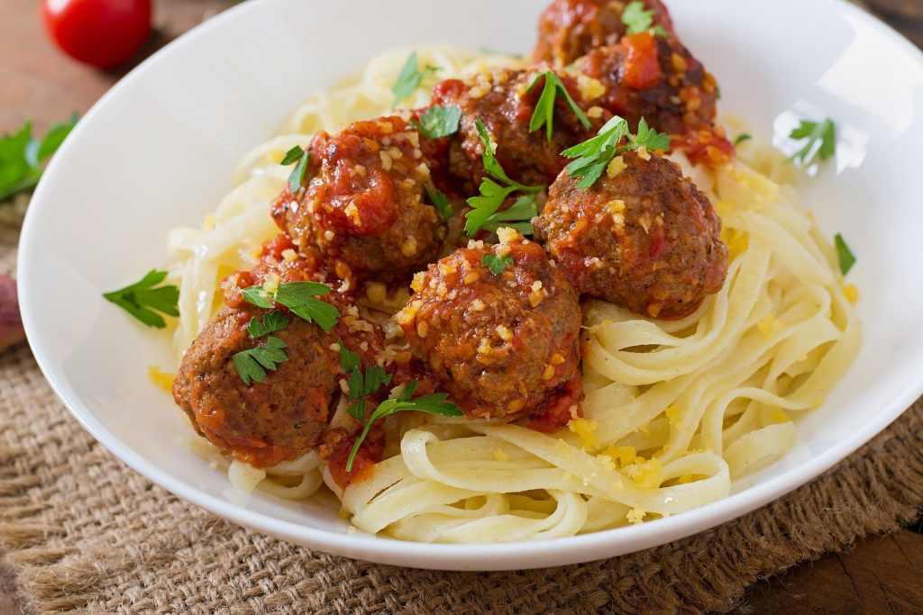Espaguetis con albondigas de pollo a la parmesana