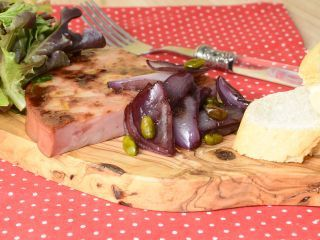 Mortadela a la Plancha con Cebollas Confitadas y Pistachos