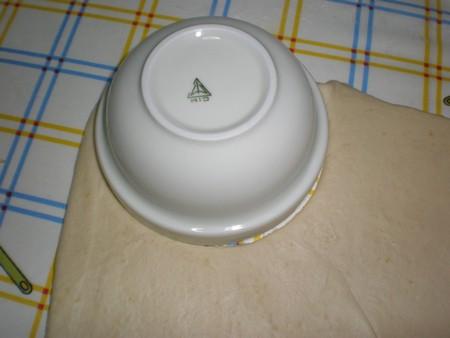 Cortar la masa para las truchas de batata