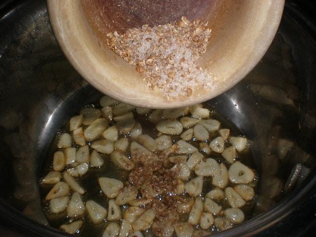 Echar el majado de las semillas de cilantro y la sal