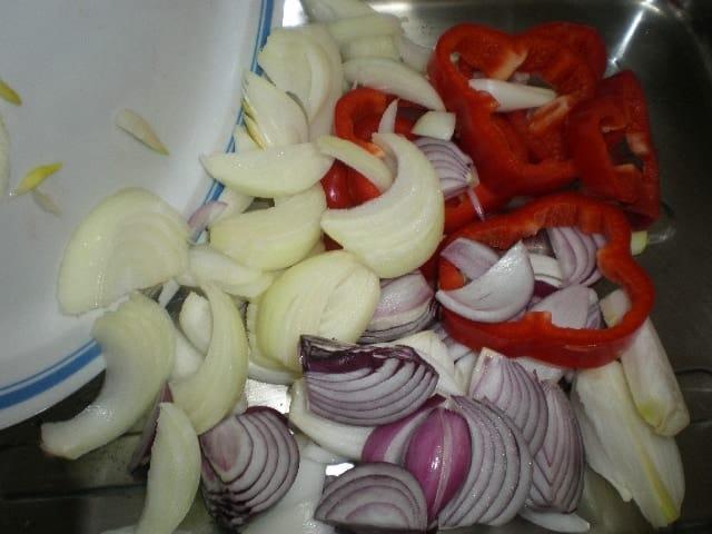 Meter cebollas y pimiento en bandeja