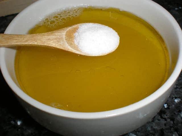 Echar sal al aceite y zumo de limón