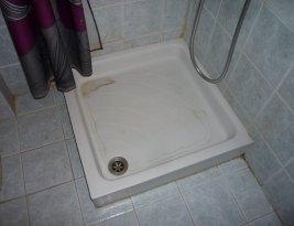 Comment éliminer le calcaire et nettoyer le bac à douche ?