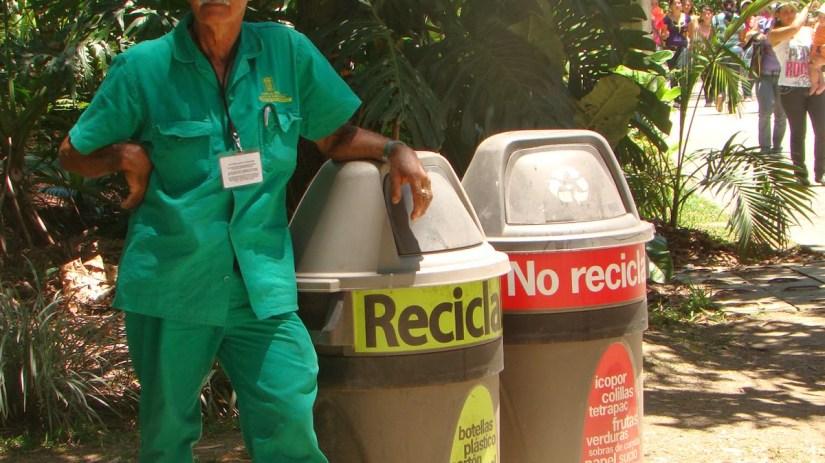 Recicladores trabajan juntos por los materiales reciclables y por sus familias