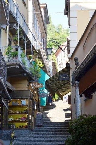 En bas de l'escalier d'une ruelle de Bellagio, Italie