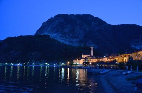 Vue sur le lac Majeur de nuit, Italie