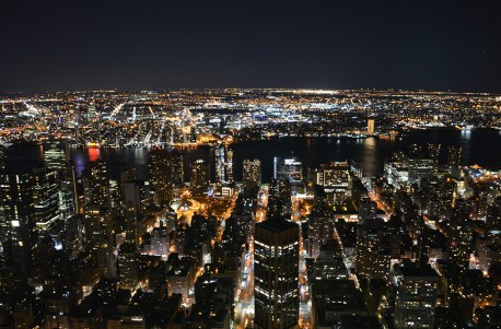 Vue sur les buildings de Manhattan de nuit depuis l'Empire State Building, New York