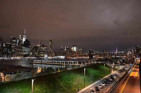 Vue sur la skyline de New York depuis Brooklyn de nuit