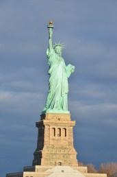 Vue de face sur la Statue de la Liberté ensoleillée, New York