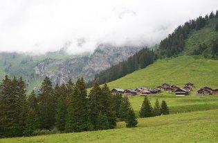 Vue sur un village de chalets dans les Alpes Suisses