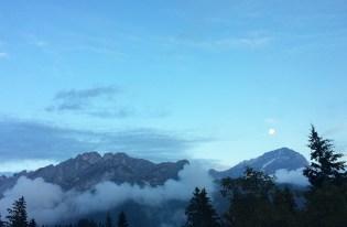 Coucher de soleil sur les Alpes sous les nuages en Suisse