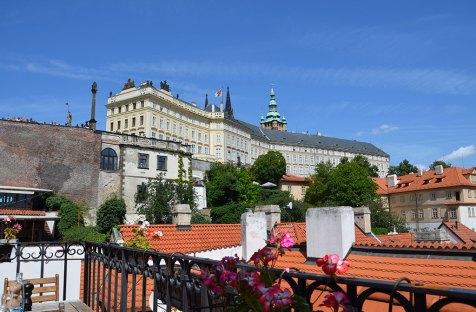 Vue sur le château de Prague depuis le toit terrasse du restaurant