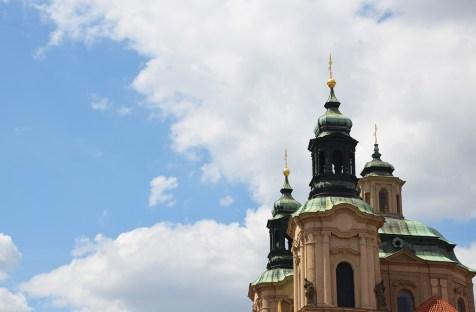 Toit d'une église de Prague dans le ciel