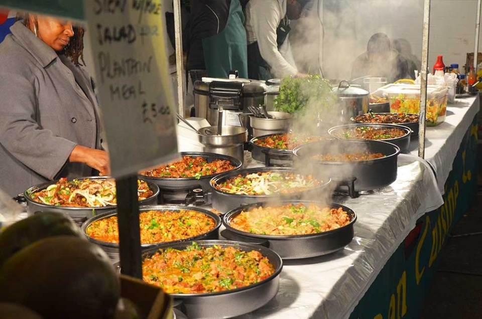 Vue sur les plats du marché gastronomique de Brick Lane, Londres