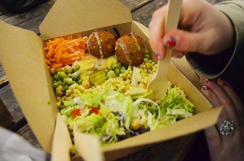 Assiette de falafel du marché gastronomique de Brick Lane, Londres