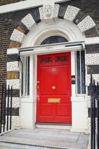 Façade d'une porte rouge à Londres