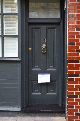 Façade d'une porte noire à Londres