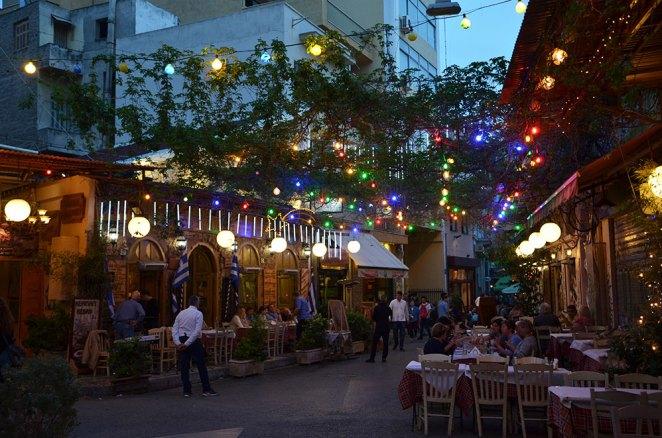 Une rue du quartier de Plaka de nuit, Athènes, Grèce,