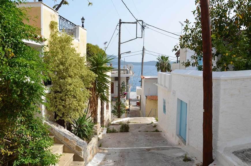 Rue colorée du village d'Hermione, Grèce