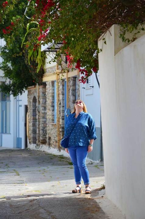 Marie-Catherine contemplant les façades colorées d'Hermione, Grèce