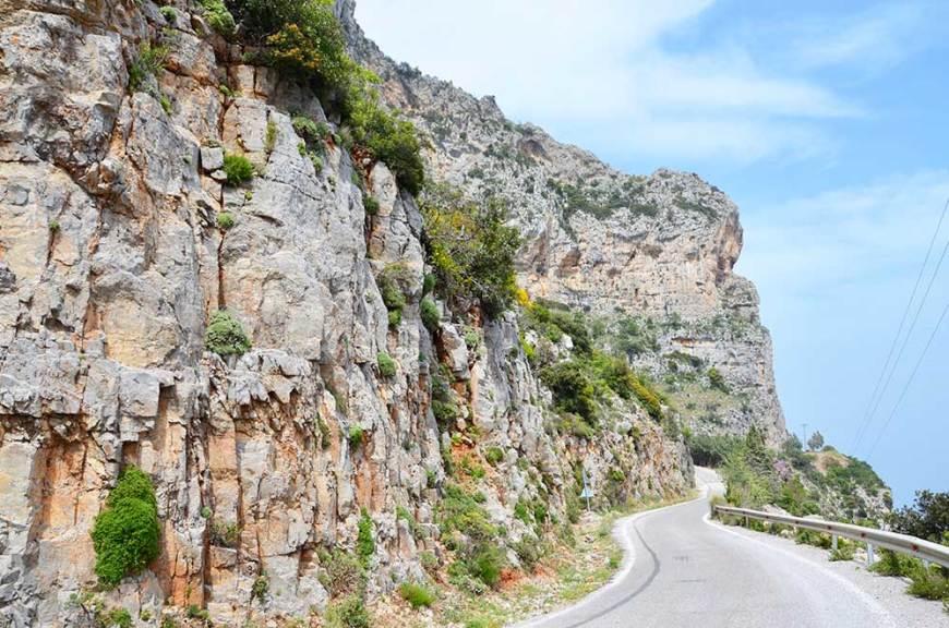 Route sinueuse de montagne pour atteindre le village de Kyparissi, Grèce