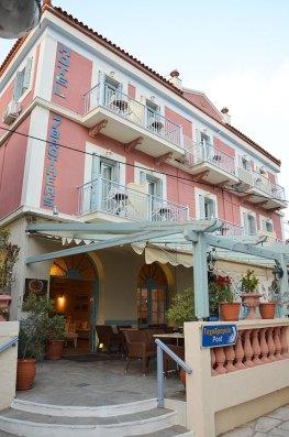Façade rose de notre hôtel à Poros, 7 brothers.