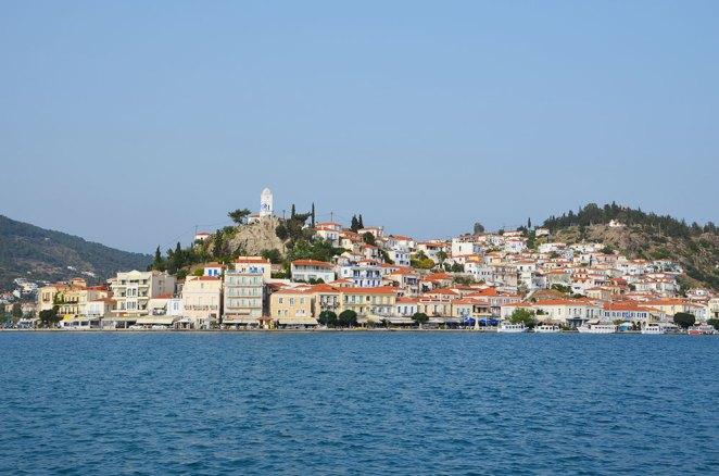 Vue sur l'île de Poros depuis le ferry.