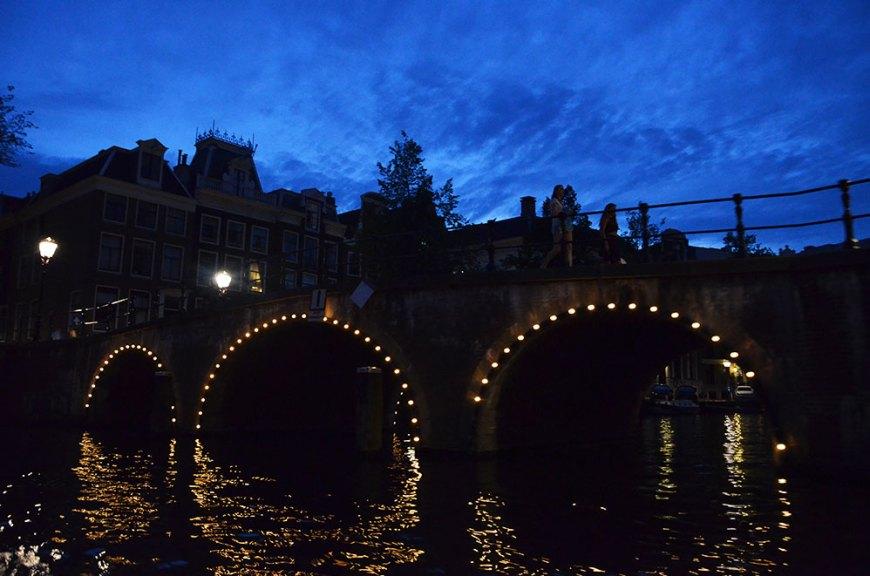 Vue depuis les canaux d'Amsterdam de nuit
