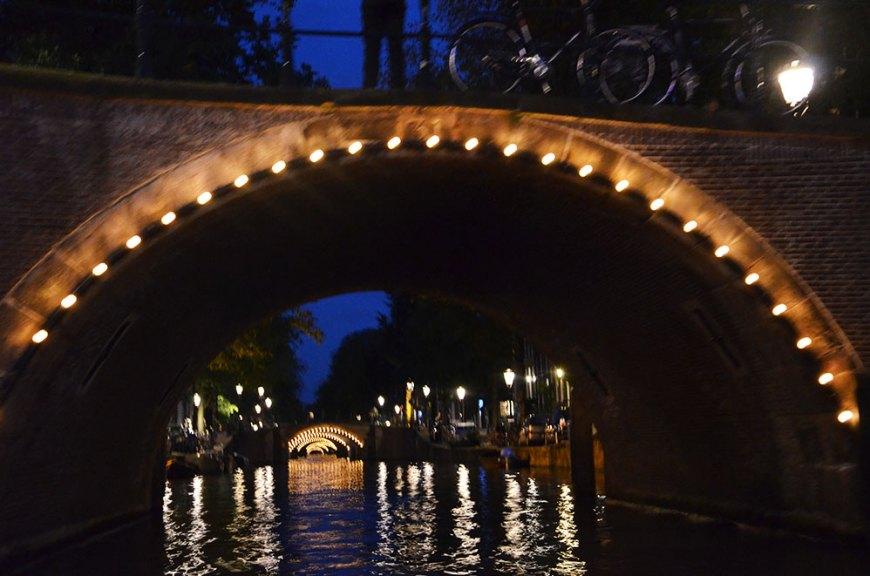 Vue sous les ponts d'Amsterdam de nuit