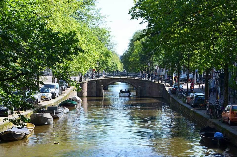 Vue sur les canaux d'Amsterdam depuis un pont