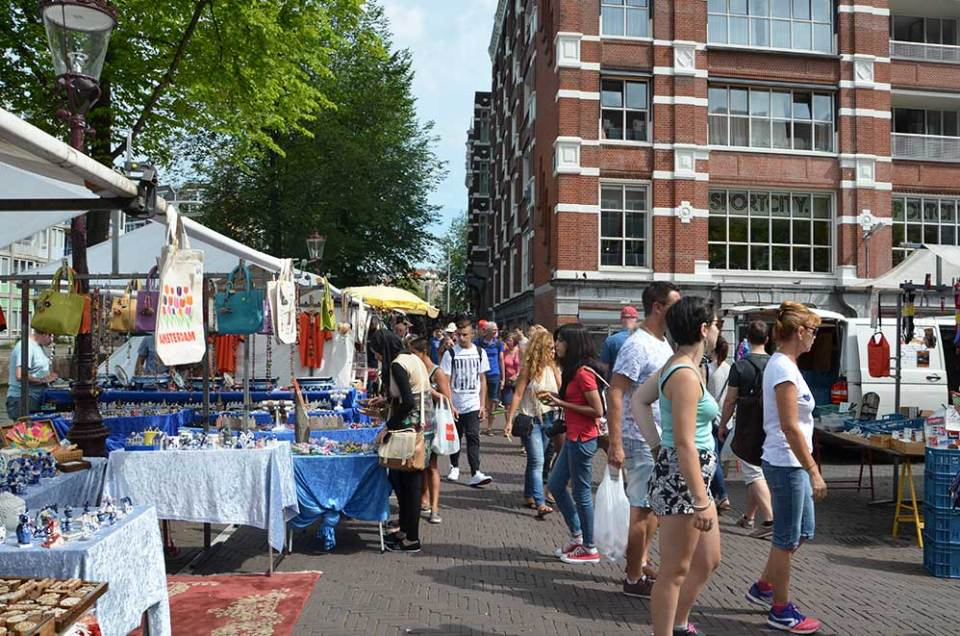 Marché vintage au bord des canaux d'Amsterdam