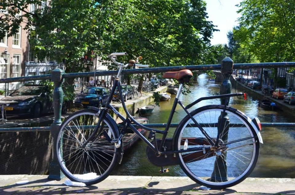 Un vélo typique d'Amsterdam, sur un pont au-dessus des canaux.