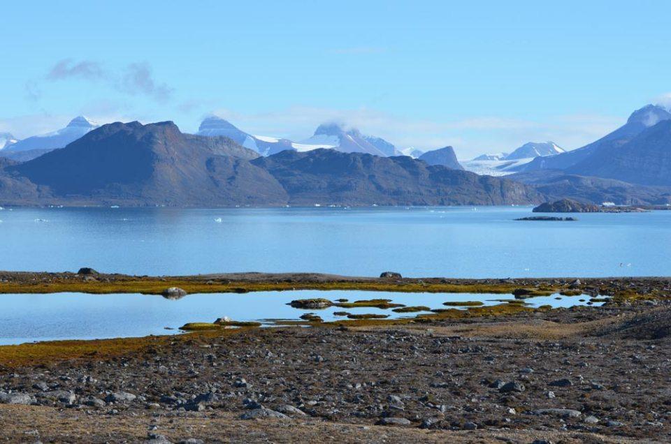 """Vue sur les """"3 couronnes"""" de la baie du Roi, Svalbardd"""